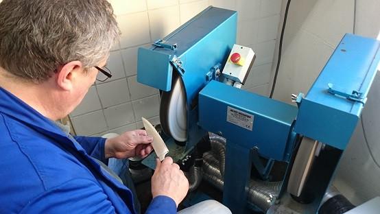 Herr Romefort beim Polieren eines Messers am Polissoir